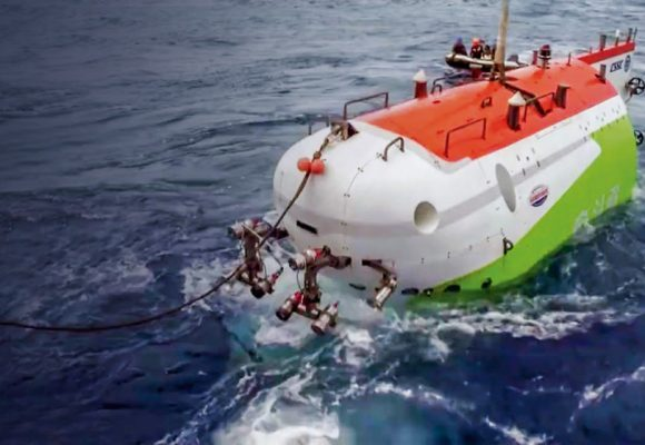 CHINA'S SUBMERSIBLE SETS RECORD